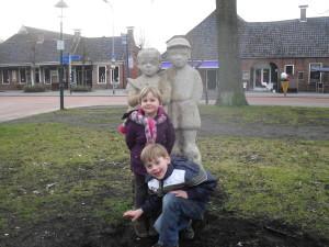 Lodewijk en Denise bij het standbeeld van Ot en Sien op de Brink in Roden